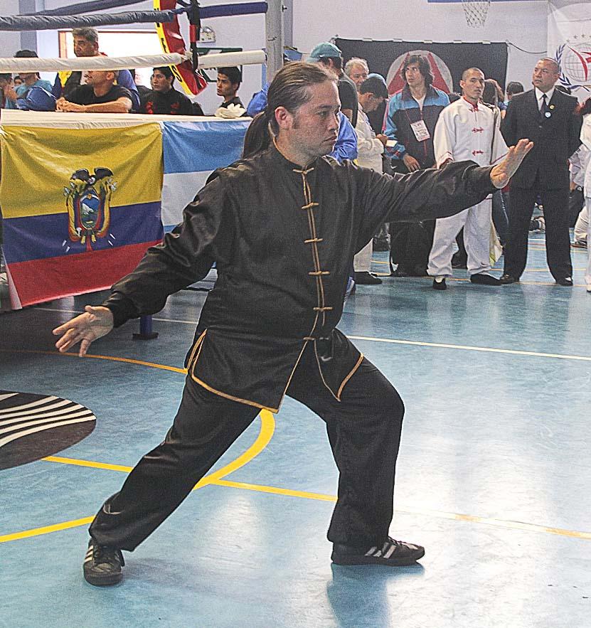 Alfredo Ishiguro haciendo movimiento de TAi chien campeonato Internacional de Tai Chi