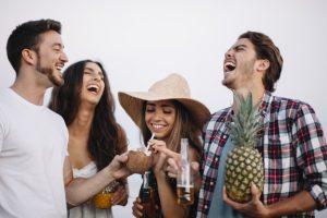amigos riendo en la playa